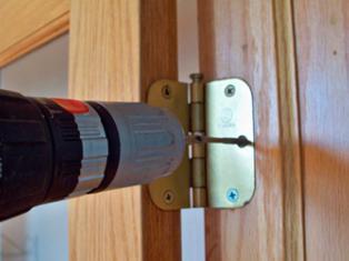 установить деревянную дверь